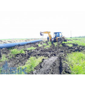 Прокладання системи зрошення в полі