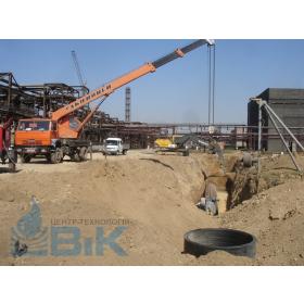 Автокран в работе над укладыванием трубопровода